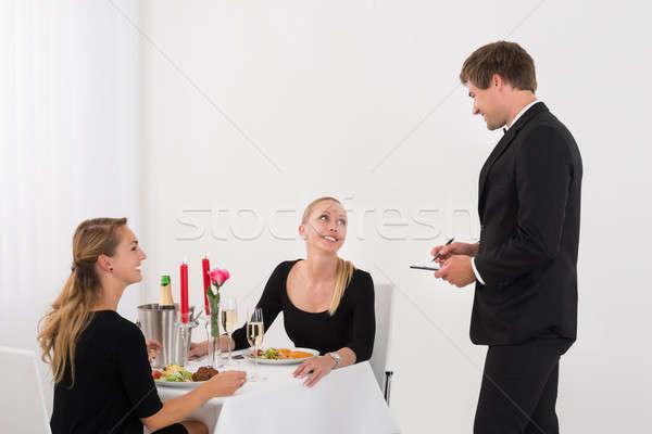 Camarero toma para femenino amigos feliz Foto stock © AndreyPopov