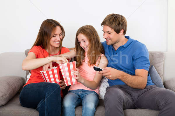 Foto stock: Família · feliz · alimentação · pipoca · sessão · sofá · casa