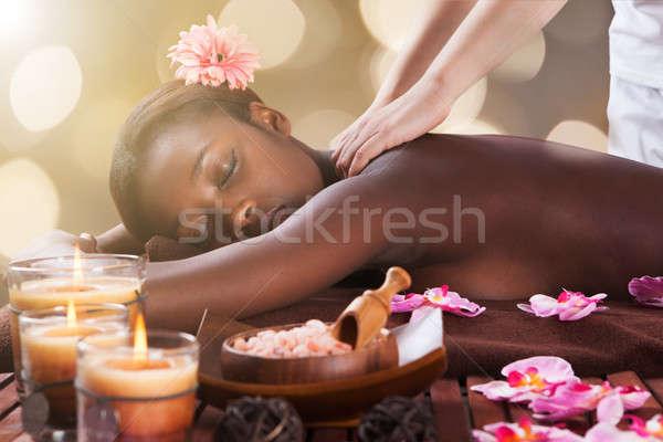 Vrouw Maakt een reservekopie massage spa jonge afrikaanse Stockfoto © AndreyPopov