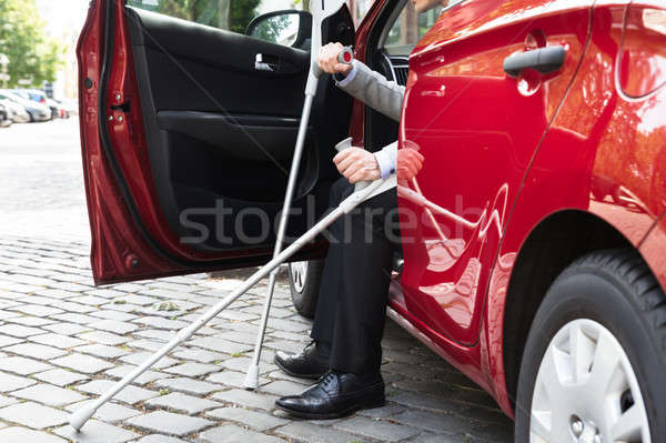 Gehandicapten persoon auto krukken Rood straat Stockfoto © AndreyPopov