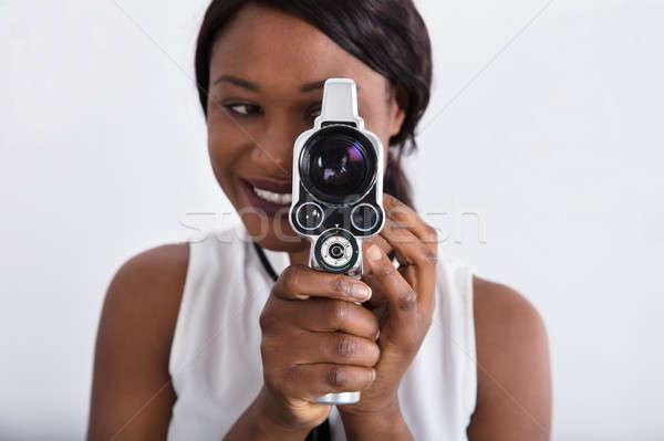 Kadın bakıyor objektif Retro kamera Stok fotoğraf © AndreyPopov