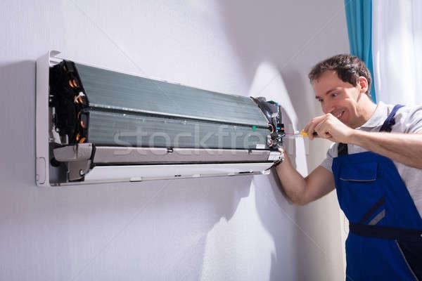 Technicien climatiseur Homme tournevis homme Photo stock © AndreyPopov