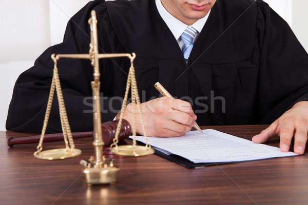 Richter Unterzeichnung Dokument Tabelle Gerichtssaal männlich Stock foto © AndreyPopov