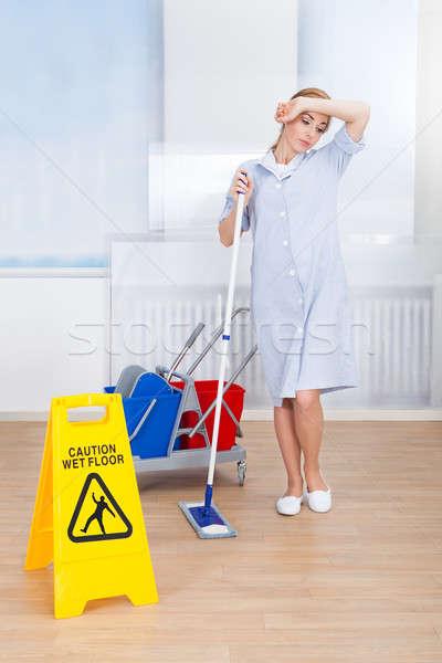 Foto stock: Cansado · feminino · empregada · limpeza · piso