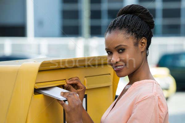 Vrouw brief mailbox jonge afrikaanse gelukkig Stockfoto © AndreyPopov