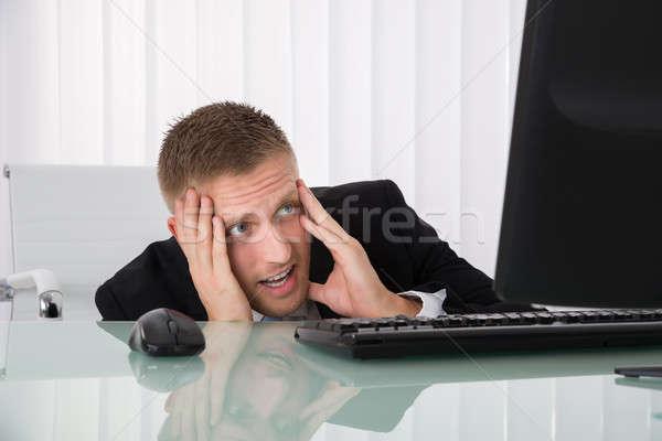 Przestraszony biznesmen patrząc komputera młodych biuro Zdjęcia stock © AndreyPopov