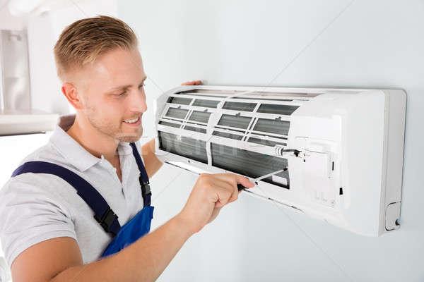 Heureux technicien climatiseur Homme tournevis Photo stock © AndreyPopov