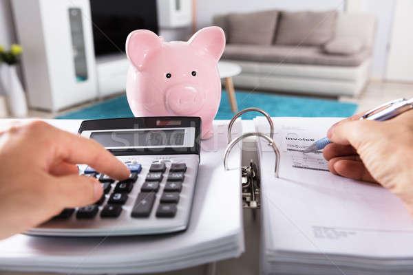 Osoby rachunek Kalkulator skarbonka biurko papieru Zdjęcia stock © AndreyPopov