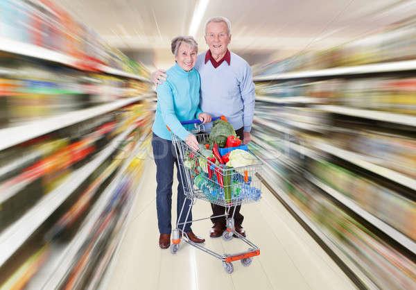 Foto stock: Casal · de · idosos · carrinho · de · compras · retrato · feliz · compras · legumes · frescos