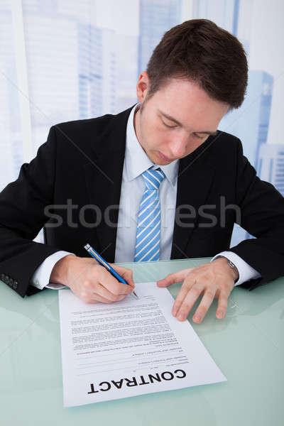 Zakenman ondertekening contract papier bureau jonge Stockfoto © AndreyPopov