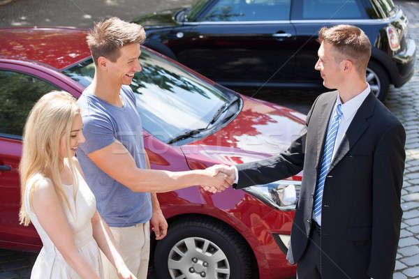 Vendedor Pareja apretón de manos coche jóvenes coche nuevo Foto stock © AndreyPopov