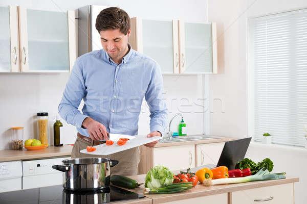 Férfi ételt készít konyha fiatal jóképű férfi otthon Stock fotó © AndreyPopov