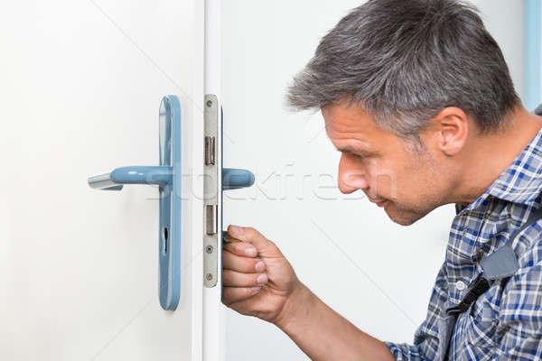 Stolarz blokady drzwi śrubokręt mężczyzna Zdjęcia stock © AndreyPopov
