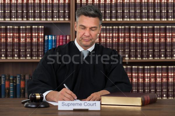 Richter schriftlich Papier Tabelle Gerichtssaal reifen Stock foto © AndreyPopov