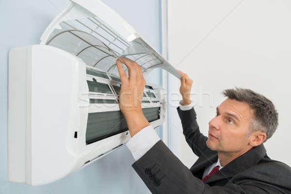 Foto d'archivio: Imprenditore · condizionatore · d'aria · muro · ufficio · maturo · costruzione