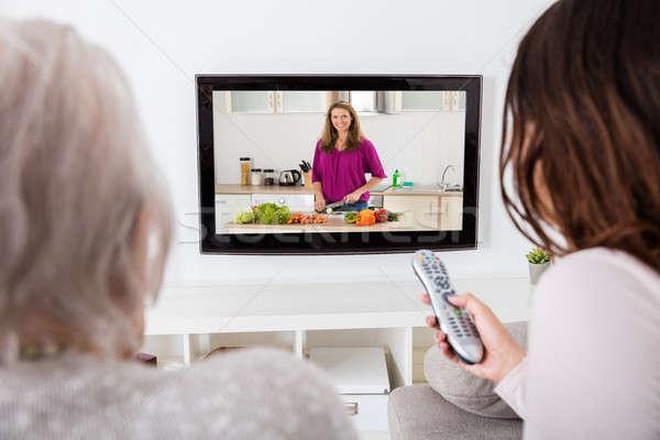 Dos mujeres viendo cocina mostrar televisión primer plano Foto stock © AndreyPopov