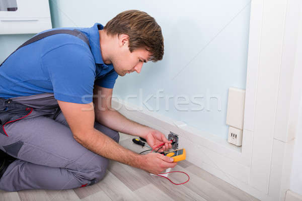 Stock fotó: Villanyszerelő · foglalat · elektromos · feszültség · fal · otthon · kábel