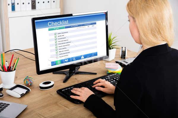 üzletasszony tömés lista űrlap számítógép fiatal Stock fotó © AndreyPopov