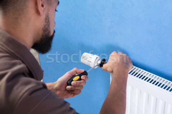 Loodgieter radiator schroevendraaier jonge Stockfoto © AndreyPopov