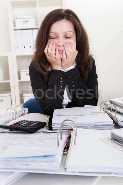 Stockfoto: Geschokt · zakenvrouw · financiële · documenten · kantoor · vrouw
