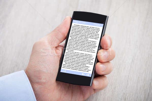手 電子ブック スマートフォン クローズアップ デスク 男 ストックフォト © AndreyPopov