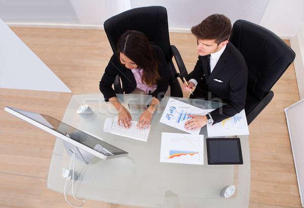 Pessoas de negócios gráfico juntos secretária escritório negócio Foto stock © AndreyPopov