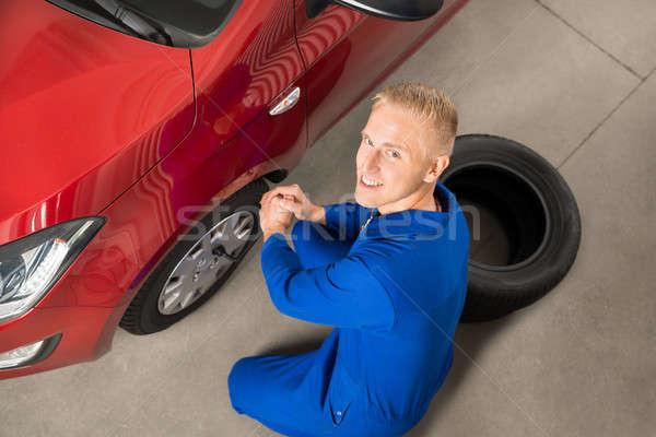 Mécanicien voiture pneu clé Photo stock © AndreyPopov