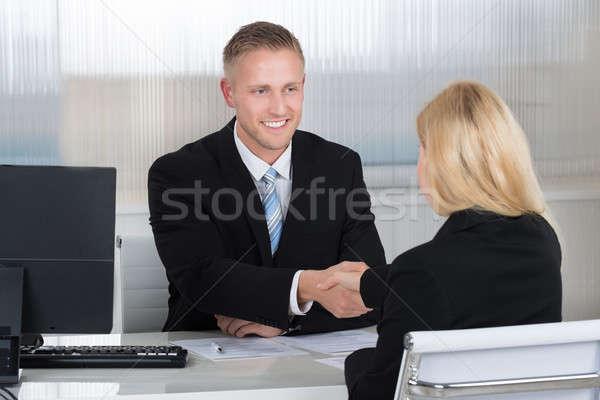 üzletember kézfogás női jelölt asztal mosolyog Stock fotó © AndreyPopov