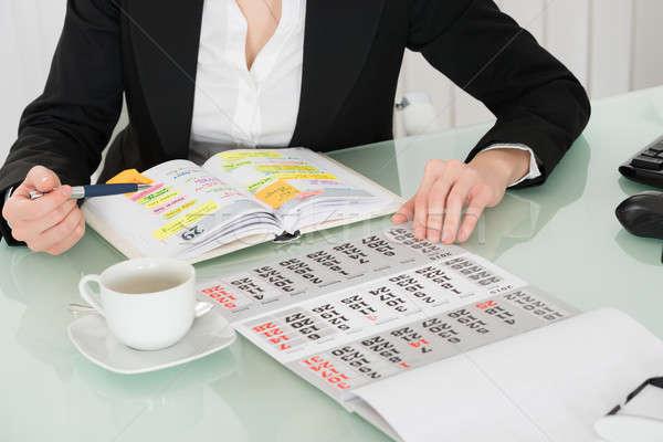 Kobieta interesu czytania listy pracy dziennik kalendarza Zdjęcia stock © AndreyPopov