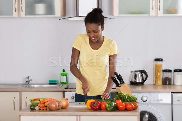Boldog nő tapsolás zöldségek fiatal vágódeszka Stock fotó © AndreyPopov