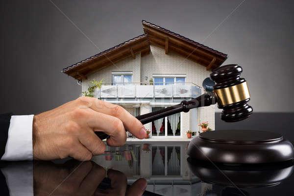 Bíró ház modell kalapács ingatlan tulajdon Stock fotó © AndreyPopov