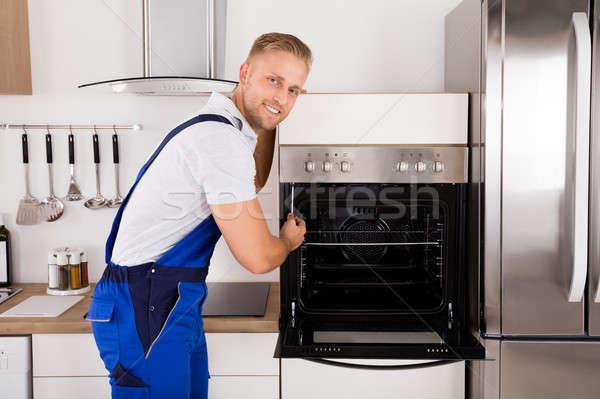 技術者 オーブン 小さな 男性 キッチン ストックフォト © AndreyPopov