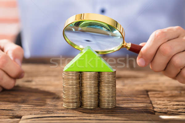 Stockfoto: Persoon · naar · vergrootglas · huis