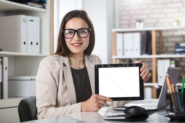 Glimlachende vrouw tonen digitale tablet jonge Stockfoto © AndreyPopov