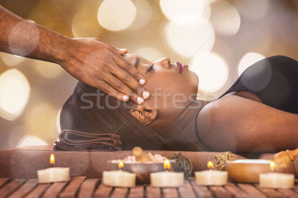 Vrouw voorhoofd massage jonge afrikaanse mannelijke Stockfoto © AndreyPopov