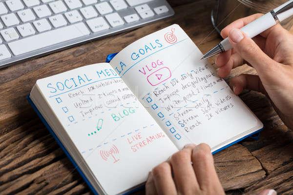 Emberi kéz készít közösségi média tervek közelkép notebook Stock fotó © AndreyPopov