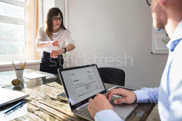 Mérges üzletasszony mutat karóra fiatal kolléga Stock fotó © AndreyPopov