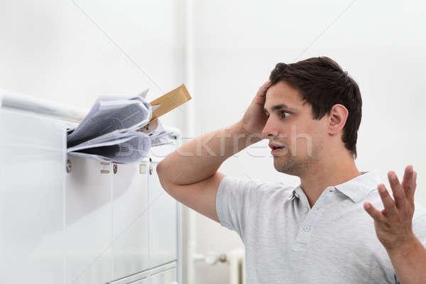Man hand hoofd mailbox rommel Stockfoto © AndreyPopov