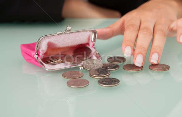 üzletasszony érmék rózsaszín pénztárca irodai asztal pénz Stock fotó © AndreyPopov