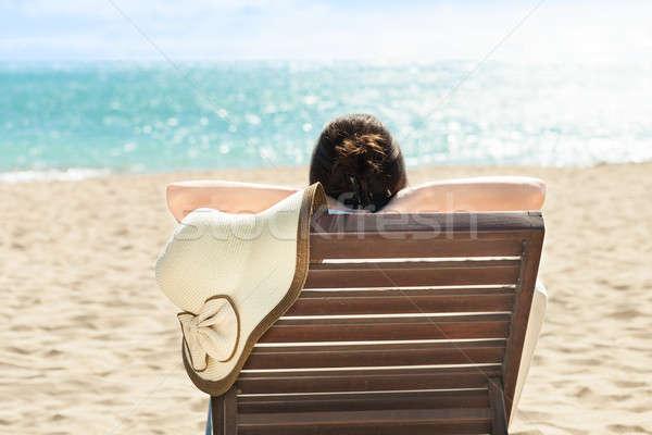 Kobieta relaks pokład krzesło plaży resort Zdjęcia stock © AndreyPopov
