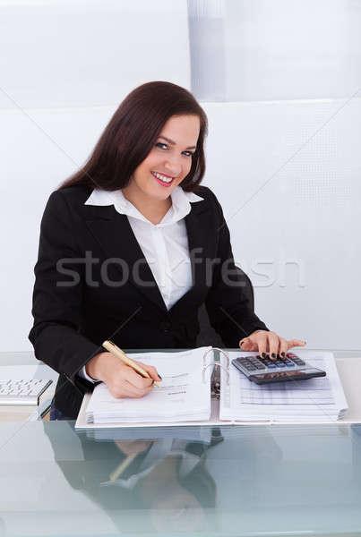 Zdjęcia stock: Szczęśliwy · kobieta · interesu · podatku · portret · biurko · biuro