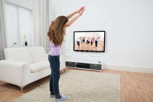Meisje oefening home naar televisie kind Stockfoto © AndreyPopov