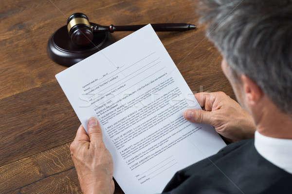 Richter Lesung Dokument Gerichtssaal Rückansicht Tabelle Stock foto © AndreyPopov