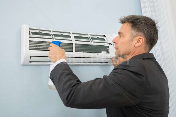 Affaires nettoyage climatiseur bureau maturité affaires Photo stock © AndreyPopov