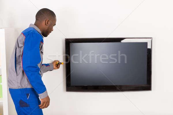 Homme technicien télévision africaine technologie Photo stock © AndreyPopov