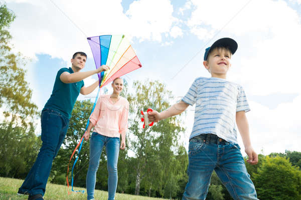 Familie spelen Kite gelukkig gezin genieten kleurrijk Stockfoto © AndreyPopov
