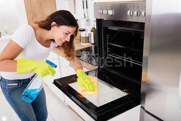 ストックフォト: 女性 · 洗浄 · オーブン · キッチン · 小さな · 幸せ