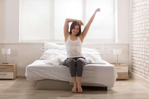 Feliz mulher cama mulher jovem para cima Foto stock © AndreyPopov