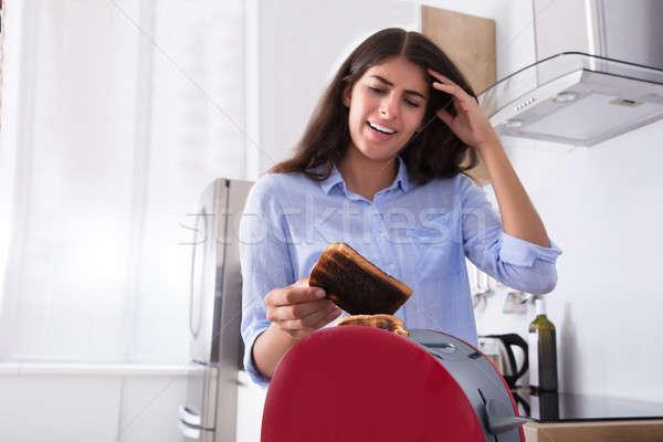 Ongelukkig vrouw toast jonge vrouw keuken Stockfoto © AndreyPopov