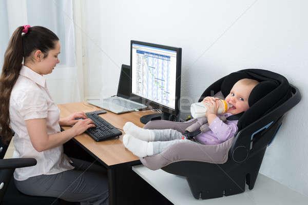 Kislány iszik tej üveg anya dolgozik Stock fotó © AndreyPopov